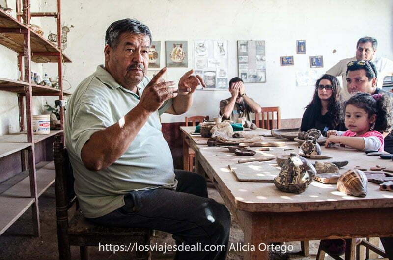 alfarero de Nazca explicando a un grupo de turistas cómo hacían la cerámica sus antepasados