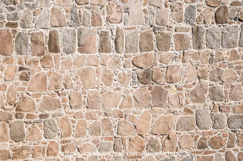 piedras de la muralla de ávila dispuestas en líneas algunas verticales y otras irregulares