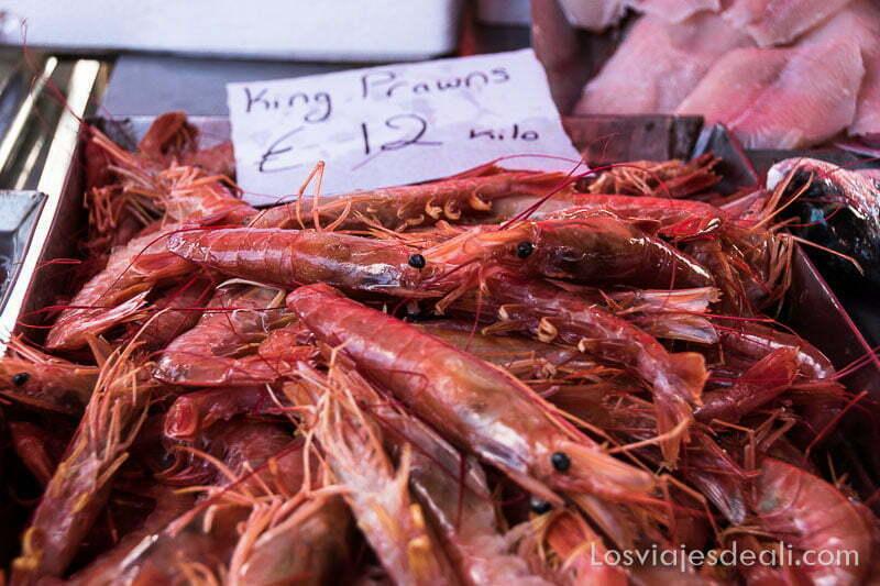 caja de langostinos con la etiqueta del precio (12 € kilo) en el mercado de Marksaxlokk