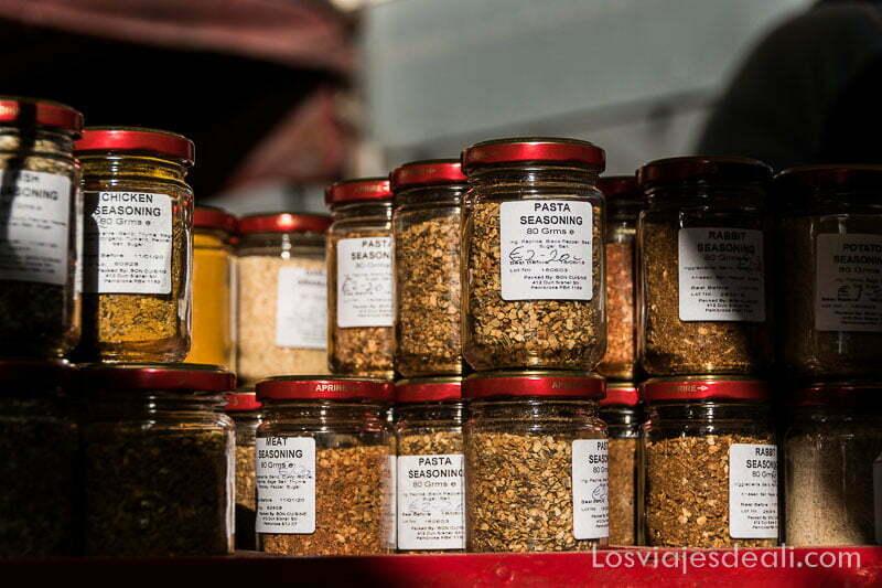 """tarros de especias con etiquetas caseras donde pone """"pasta seasoning"""" o """"chicken seasoning"""""""