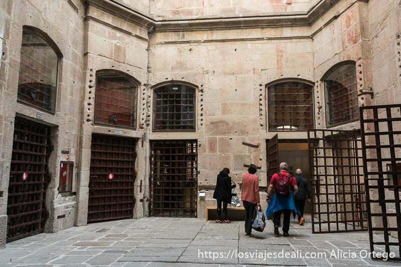 patio de la antigua prisión con puertas de rejas de hierro uno de los lugares que ver en oporto