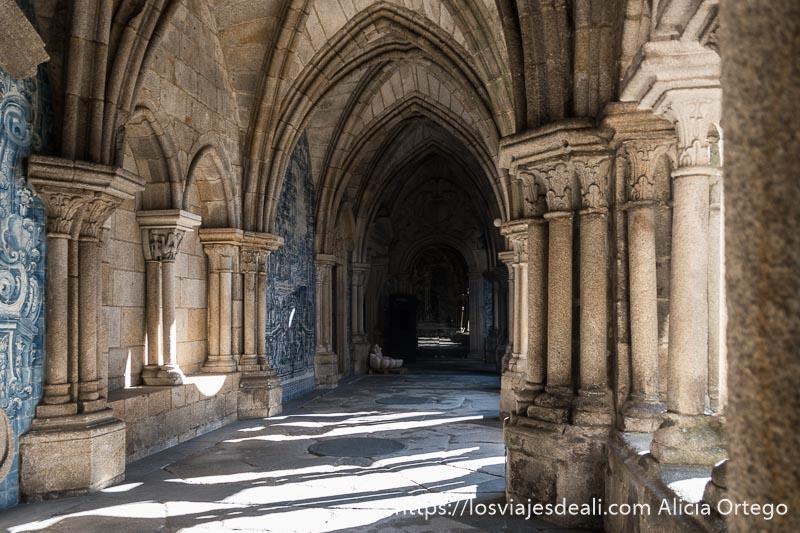 pasillo del claustro de la se de Oporto con arcos góticos y paneles de azulejos