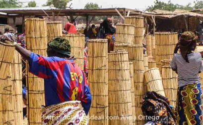 puesto de esterillas con mujeres y niñas comprando en el mercado africano de gorom gorom