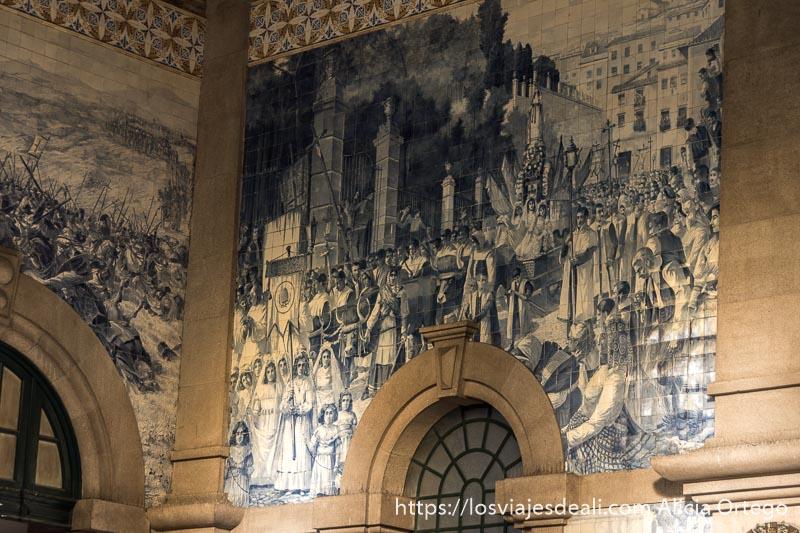 azulejos de la estación de são bento representando una procesión con mucha gente en las calles