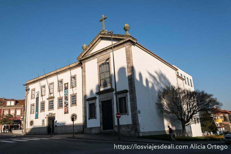 guía de oporto: ermita blanca con perfiles de granito gris iluminada por el sol