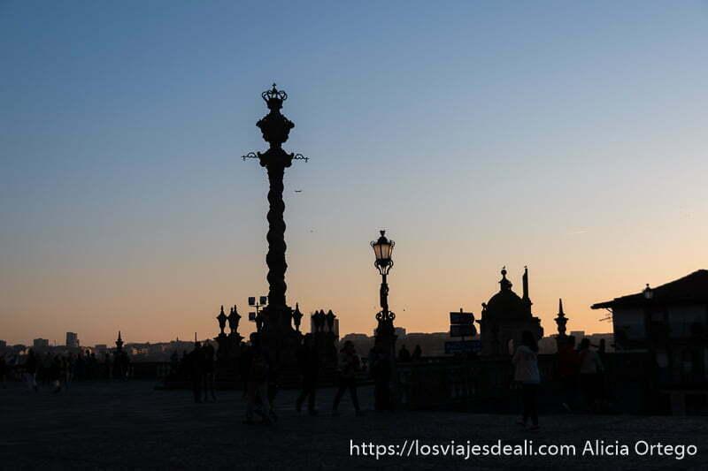 guía de oporto atardecer en la plaza de la Se con la picota barroca a contraluz