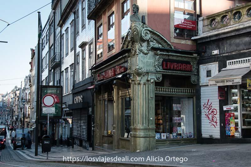 librería con adornos modernistas en el centro de Oporto