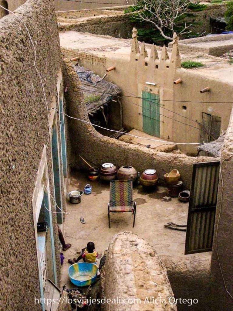 vista desde arriba de un patio de djenne con calabazas grandes utilizadas para guardar agua