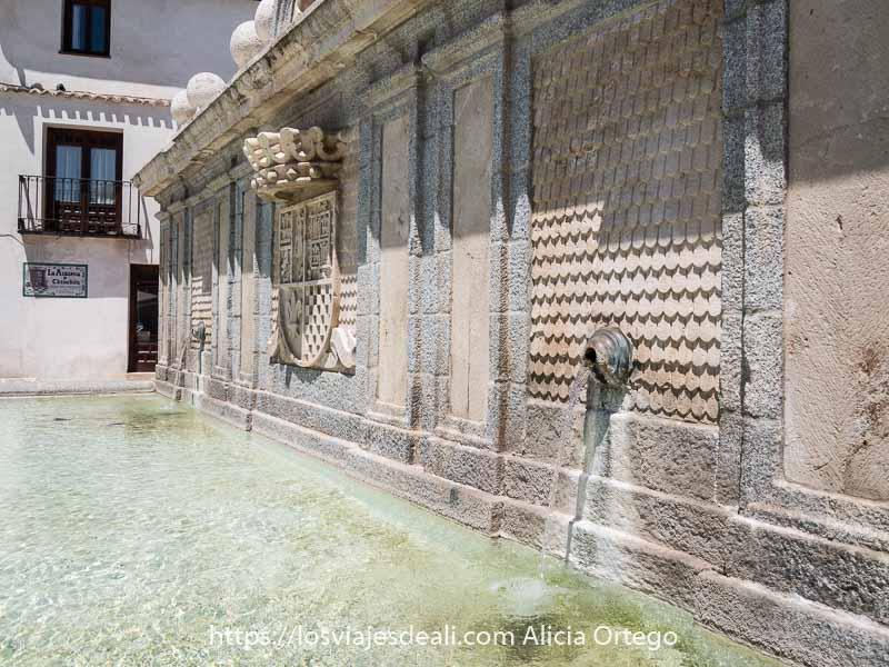fuente de Chinchón con el escudo de armas en el centro