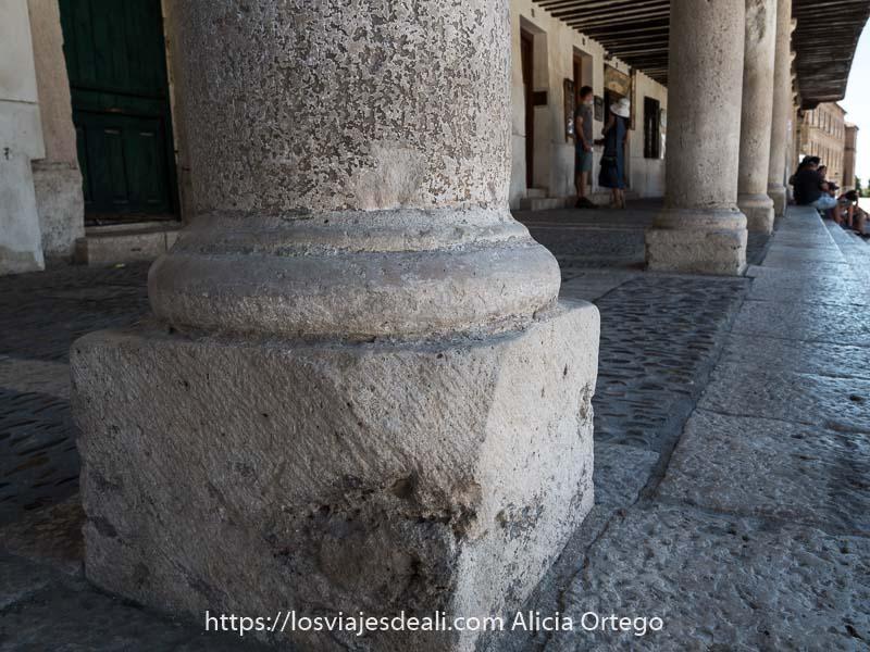 base de columna de granito en los soportales de la plaza mayor de chinchón
