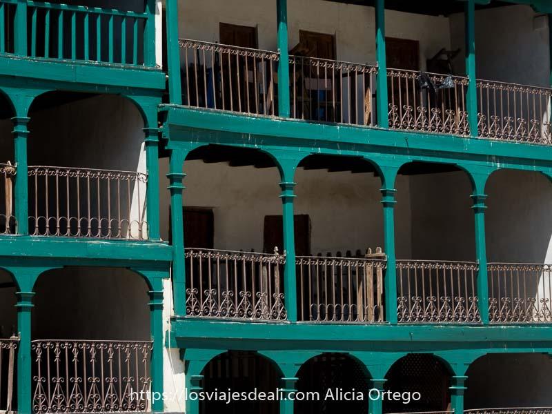 detalle de balcones de madera y hierro de chinchón