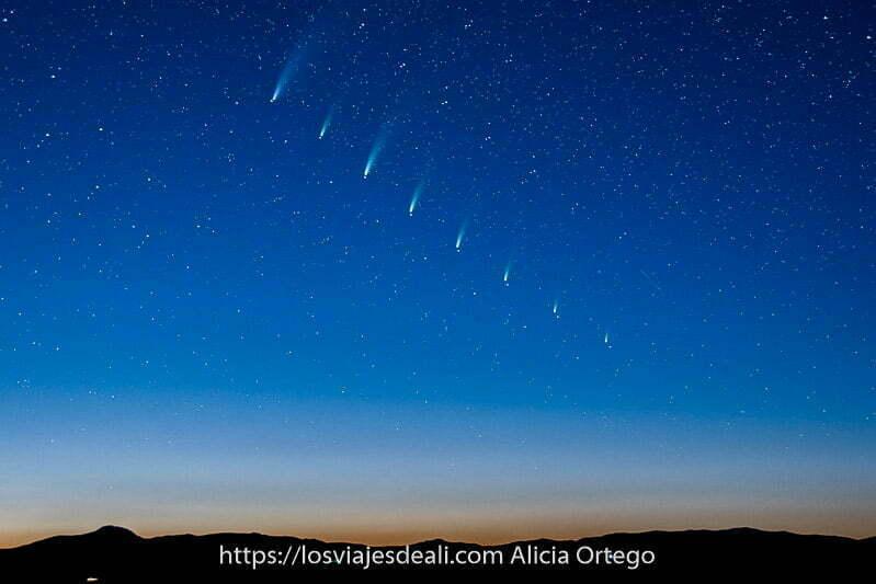 composición de 8 fotos del cometa neowise en el cielo formando línea diagonal