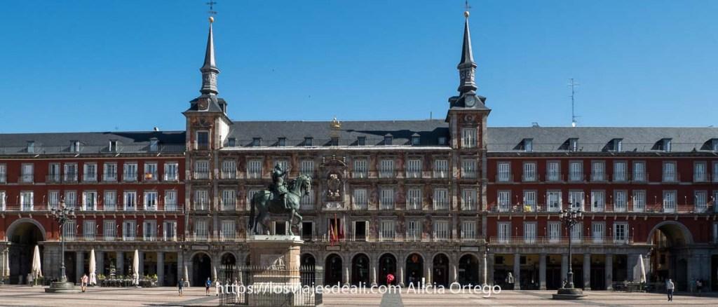 plaza mayor de madrid con la fachada de la casa de la panadería y estatua ecuestre en el centro