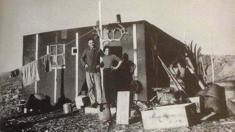 foto antigua de Ritter la mujer que vivió en el Polo con su marido en la puerta de la cabaña relatos y novelas de viaje