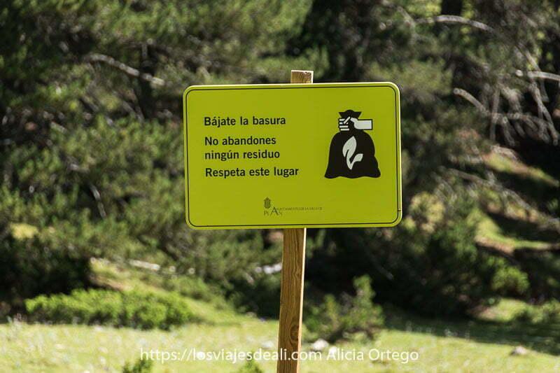 cartel que dice: bájate la basura. No abandones ningún residuo. Respeta este lugar. En el Pirineo aragonés