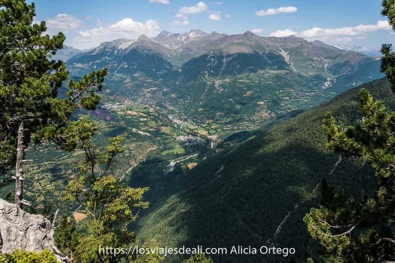 panorámica aérea de valles muy verdes desde el mirador del ibon de plan