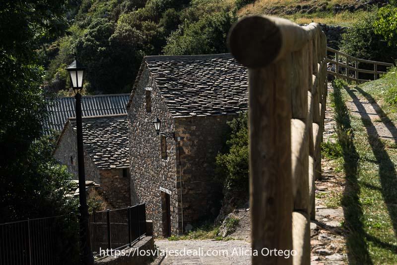 casas de piedra con tejados de pizarra en el pueblo de Tella en el Pirineo aragonés