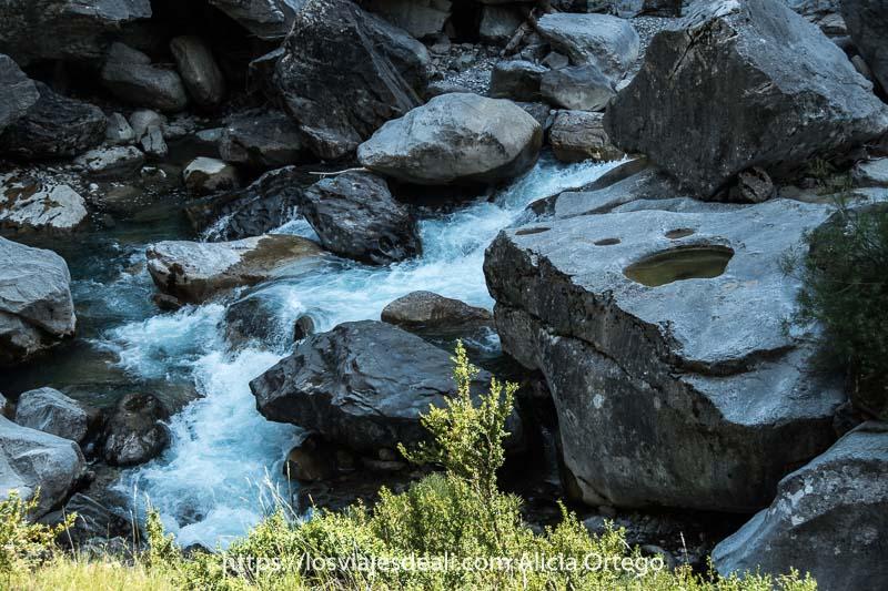 rápidos del río Ara entre grandes rocas en el Valle de Bujaruelo