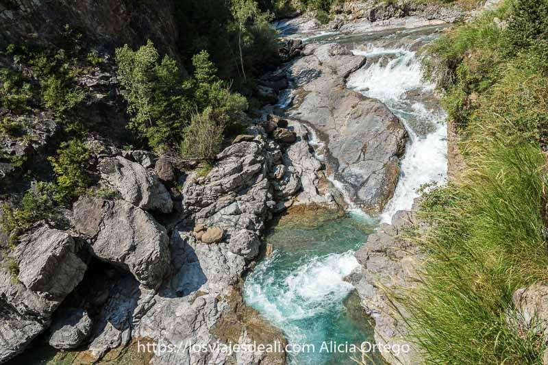 poza de agua del río Ara de color turquesa entre grandes rocas
