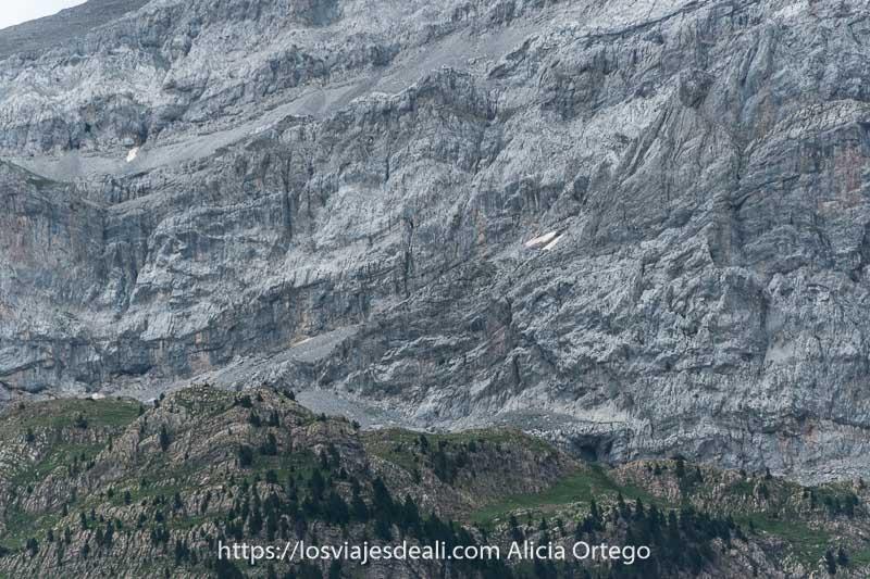 paredes de roca enormes con restos de nieve vistas desde el Valle de Bujaruelo