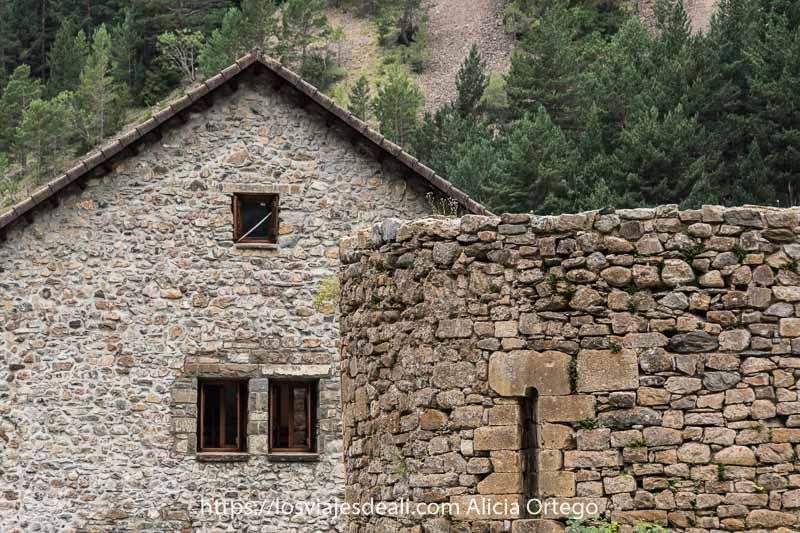 antigua torre de la ermita de San Nicolás de Bujaruelo con ventana románica y detrás el refugio también de piedra
