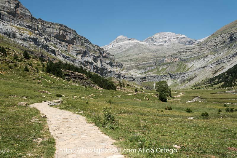 camino que conduce entre prados al circo de Ordesa en el Pirineo aragonés