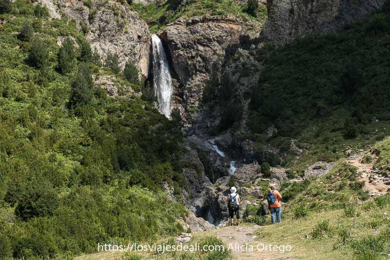 mis padres contemplando la cascada de la larri en el Valle de Pineta