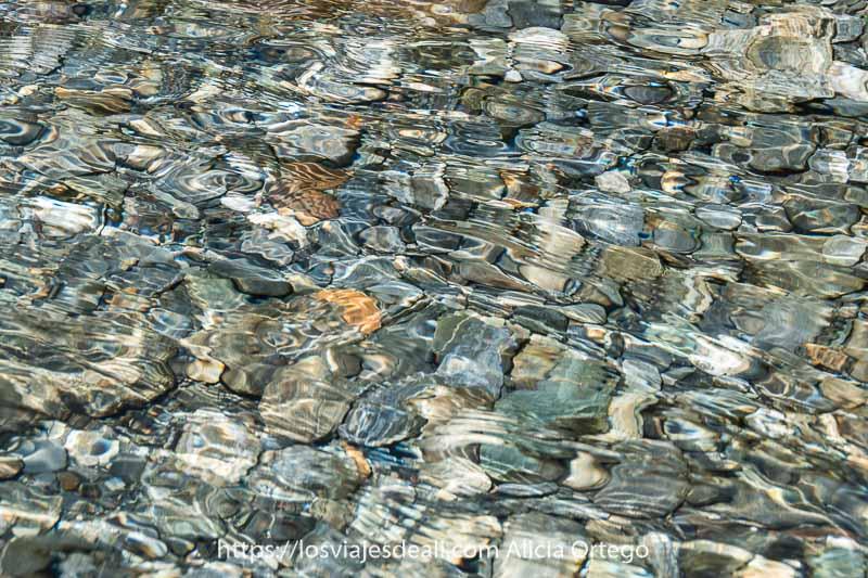 agua cristalina con fondo de guijarros grandes en el río cinca del Valle de Pineta