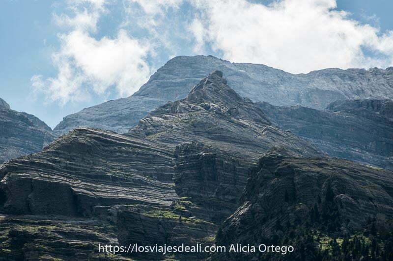 formaciones calizas de color grisáceo en muchas capas como si fueran milhojas en el Valle de Pineta