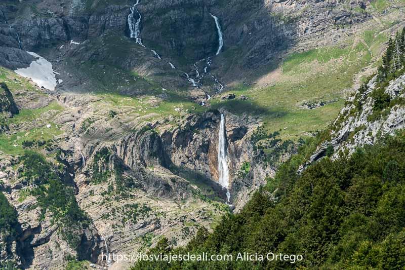 cascada del monte perdido entre rocas de pliegues en el valle de pineta