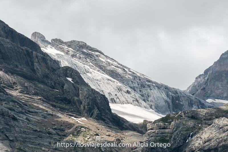 cumbre del monte perdido con restos de nieve entre las rocas grises desde el Valle de Pineta