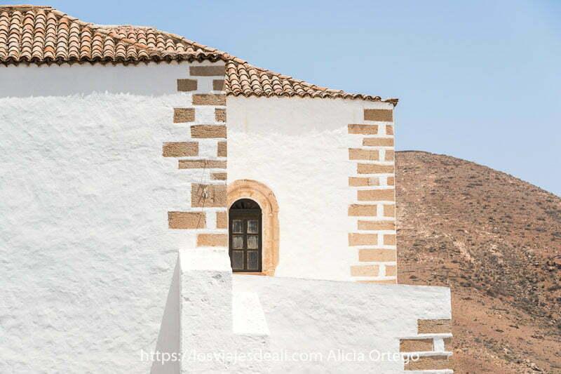 edificio blanco con piedras beige en Fuerteventura