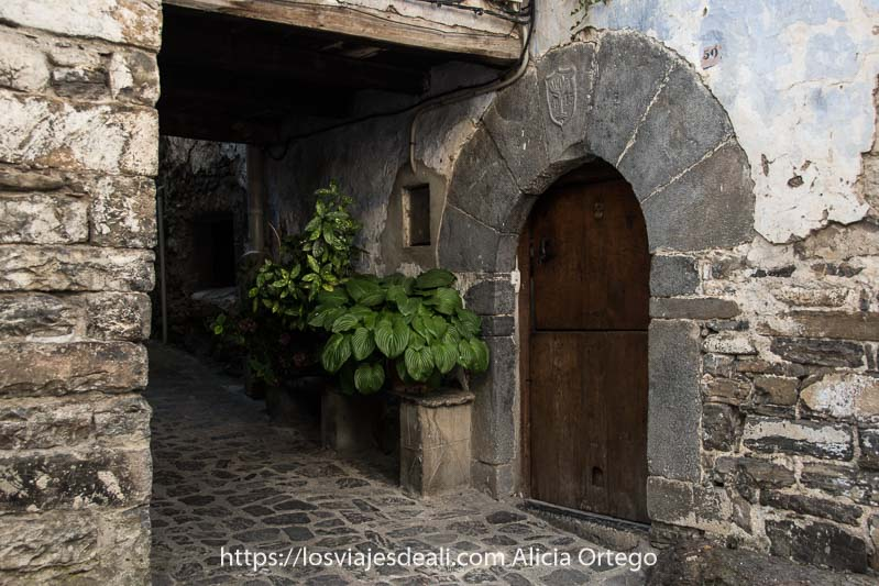 calle de casas y suelo de piedra y puerta en forma de arco de una casa de Torla en el Pirineo aragonés