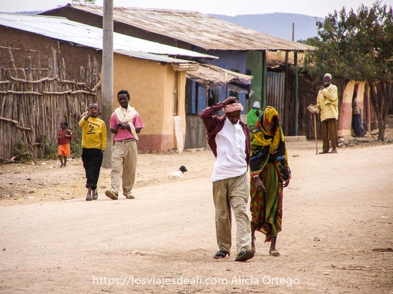 recuerdos de etiopía calle del pueblo junto a el sod con gente cruzando