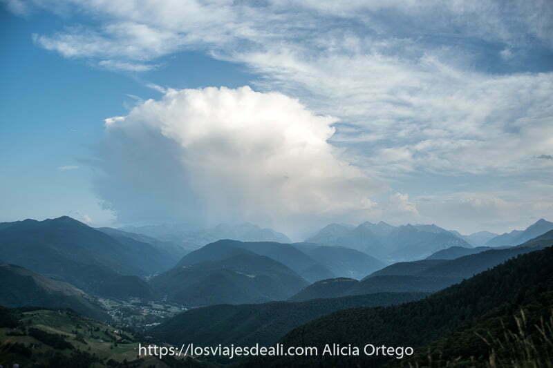 vistas de los pirineos franceses con gran nube de tormenta