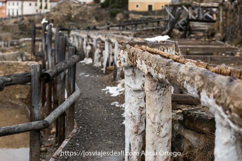 camino con baranda de madera y canal de agua alzado recubierto de sal blanquecina