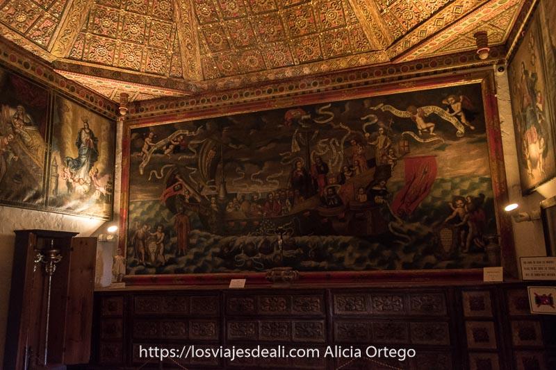 sacristía de la iglesia con gran cuadro ocupando una pared que representa un gran barco en el mar lleno de personajes evangélicos