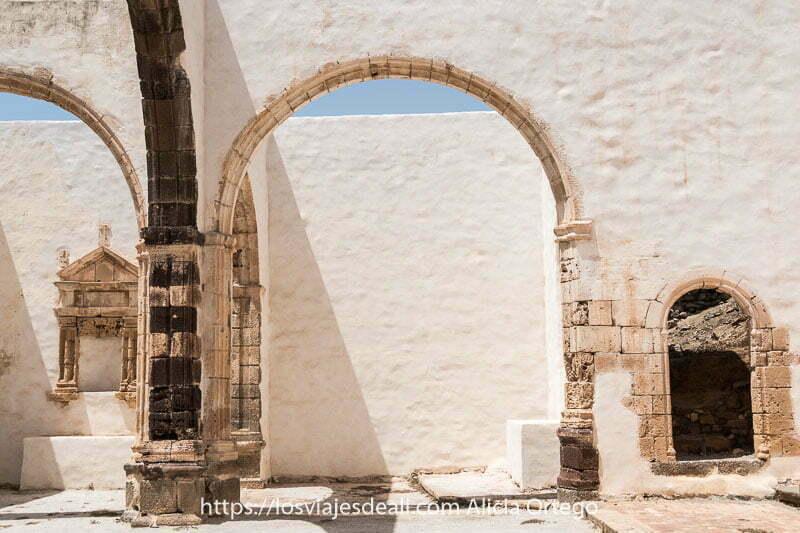 vista frontal de un lado de la iglesia sin techo de betancuria con tres arcos el más pequeño es una puerta