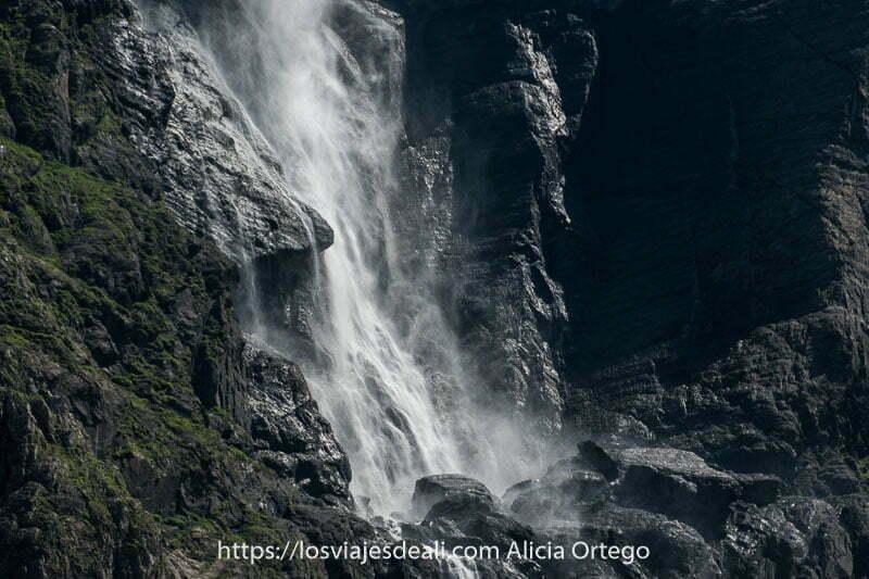 parte inferior de la gran cascada con el agua como si fuera polvo