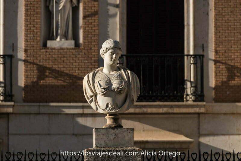 busto neoclásico de mujer en la fachada de la casa del labrador de Aranjuez