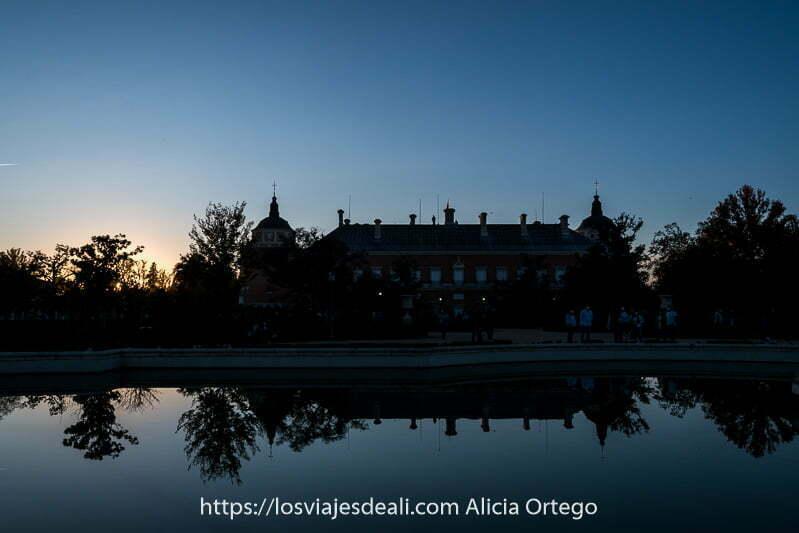 atardecer con estanque donde se refleja el palacio real de Aranjuez