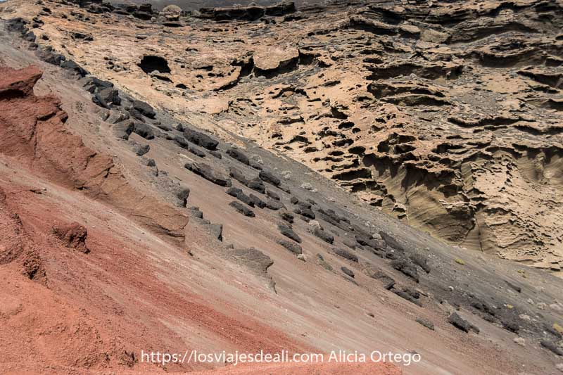 ladera volcánica con colores rojos y negros lugares que ver en lanzarote