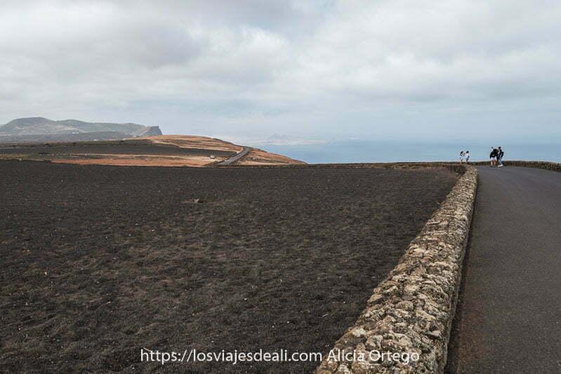 carretera junto a campo de lava y costa con volcanes lugares que ver en lanzarote