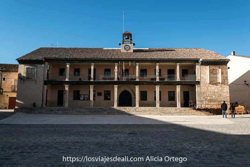 edificio del ayuntamiento de torrelaguna con dos pisos con columnas y balcón
