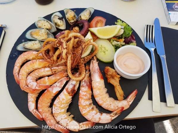 plato de marisco con mejillones, gambas y calamares