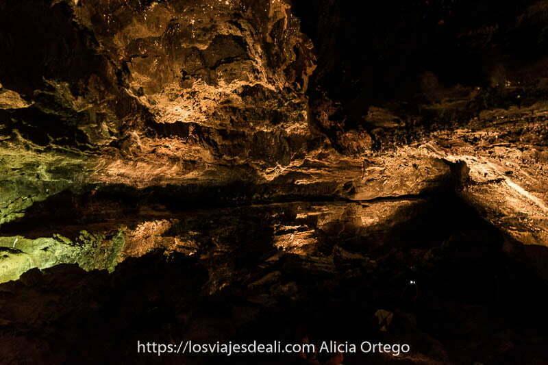 galería de la cueva de los verdes con cornisas de roca