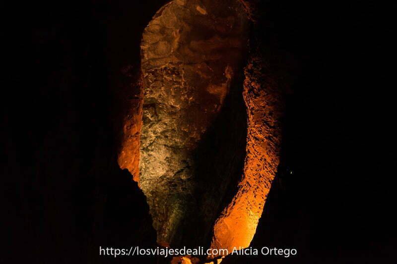 tubo volcánico con interior iluminado y negrura alrededor