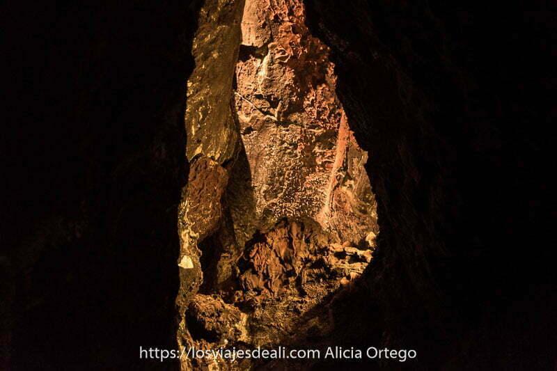 paredes volcánicas de la cueva con diferentes rugosidades y relieves iluminadas