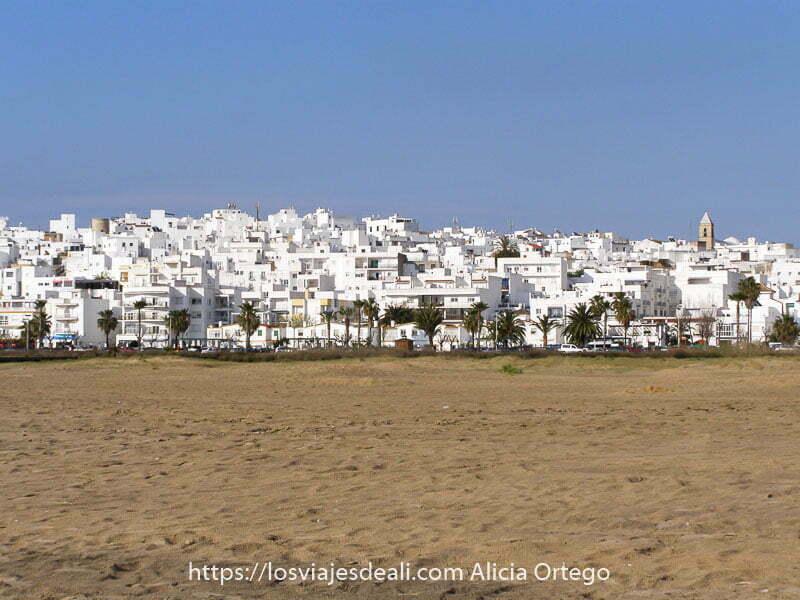vista de conil pueblo blanco desde la playa uno de los lugares de españa que te dejan con la boca abierta