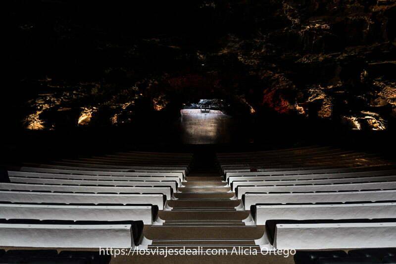 auditorio de los jameos del agua en pendiente descendiente hacia el escenario con techo de roca volcánica